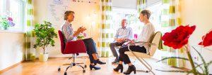 Mediatorin Oinone Buschendorff-Schaar moderiert eine Familien-Mediation