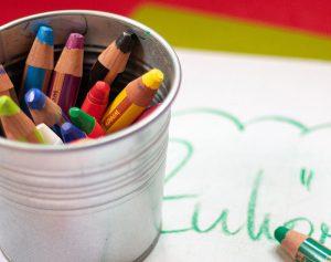 Buntstifte und Flipchart für das Kommunikationstraining