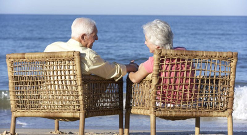 Seniorenpaar am Strand im vertrauten Gespräch