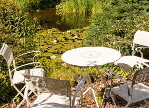 Gartenteich mit Stühlen bei der Praxis für Mediation, Paarberatung, Coaching, Lübeck