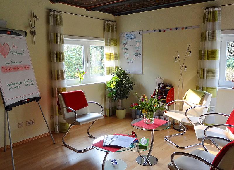 Vorbereiteter Praxisraum für das Paarseminar Gespräche die die Liebe stärken
